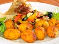 Kieszonka z kurczaka z serem pleśniowym i z suszonymi pomidorami, z sosem serowym