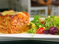 Lasagne bolognese podana z sałatką